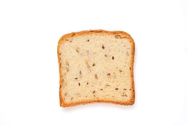 Fatias torram pão com sementes de abóbora, papoula, linho, girassol, gergelim e painço isoladas na mesa branca para uma nutrição adequada. vista superior, configuração plana