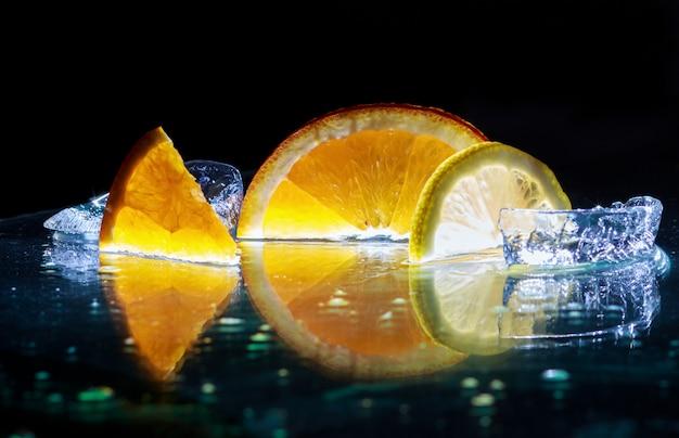 Fatias transparentes de laranjas e limões no vidro