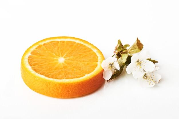 Fatie a fruta cítrica laranja madura isolada no branco.