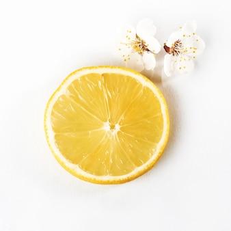 Fatie citrinos de limão maduros em um branco.