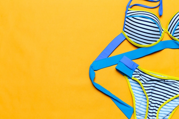 Fato de banho colorido da listra, flatlay, espaço para o texto, vindo do verão