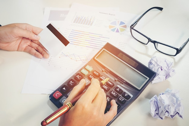 Fatura de cálculo com carta do relatório do cartão de crédito no trabalho.