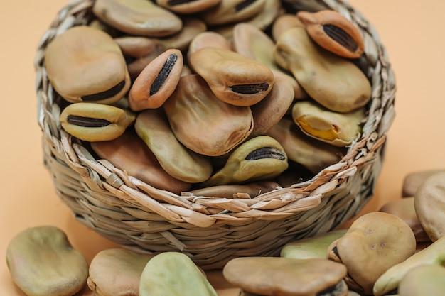 Favas secas orgânicas saudáveis em uma cesta de palha