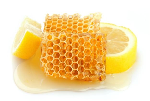 Favo de mel close up com limão no branco