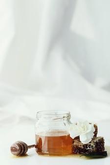 Favo de mel com jarra e flores