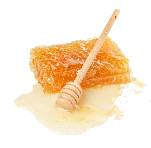Favo de mel doce isolado no branco