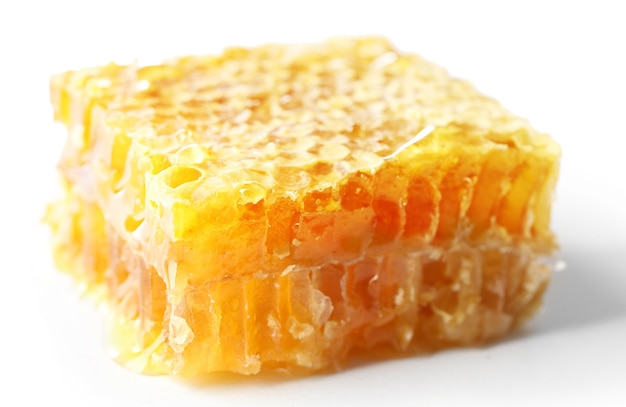 Favo de mel isolado no branco