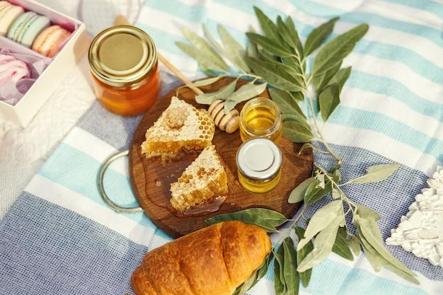 Favo de mel na placa de madeira