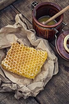 Favo de mel no pedaço de papel