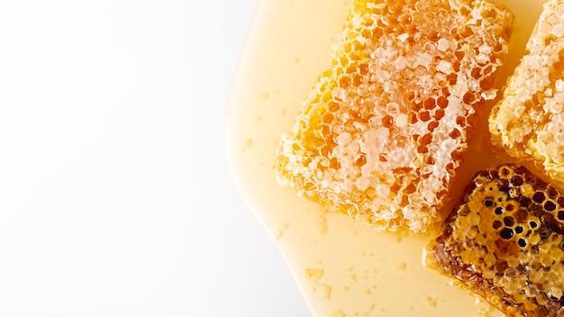Favos de mel de vista superior dourada com espaço de cópia