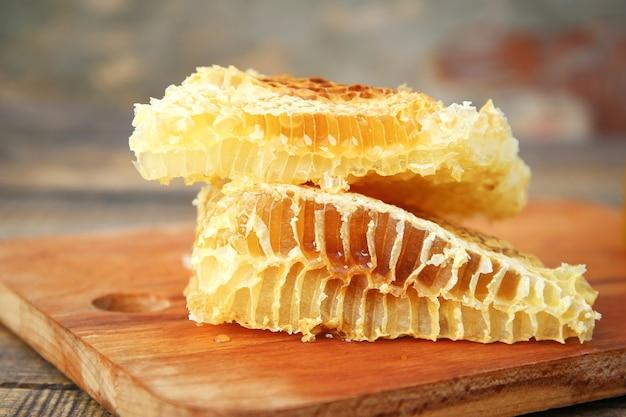Favos de mel em uma superfície de madeira velha