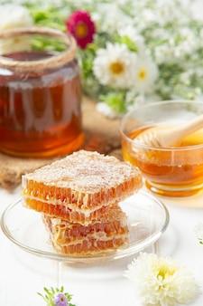 Favos de mel frescos em superfície de madeira branca