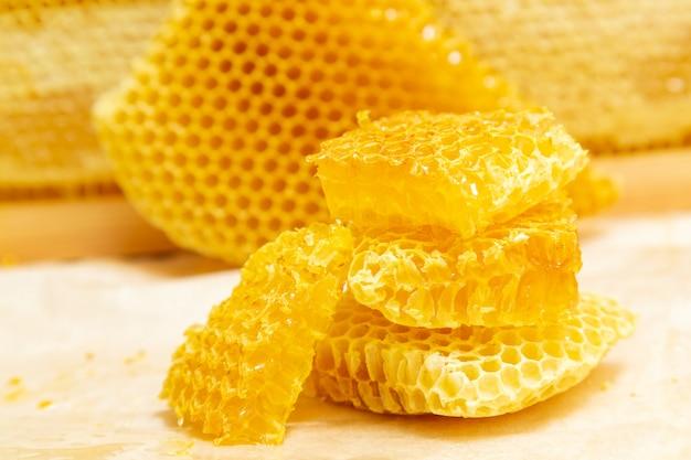 Favos de mel frescos em uma luz.