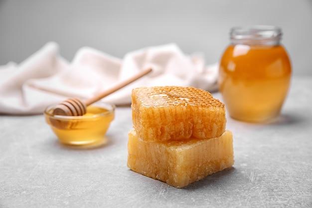 Favos de mel frescos na mesa, closeup