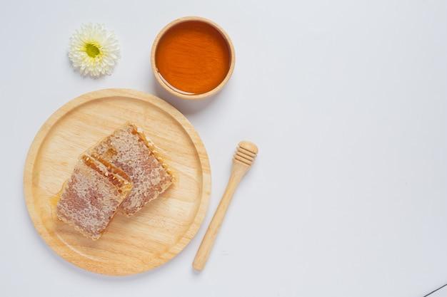 Favos de mel frescos na superfície branca