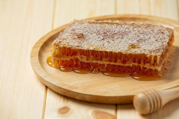 Favos de mel frescos na superfície de madeira