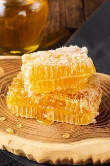 Favos de mel na bandeja de madeira