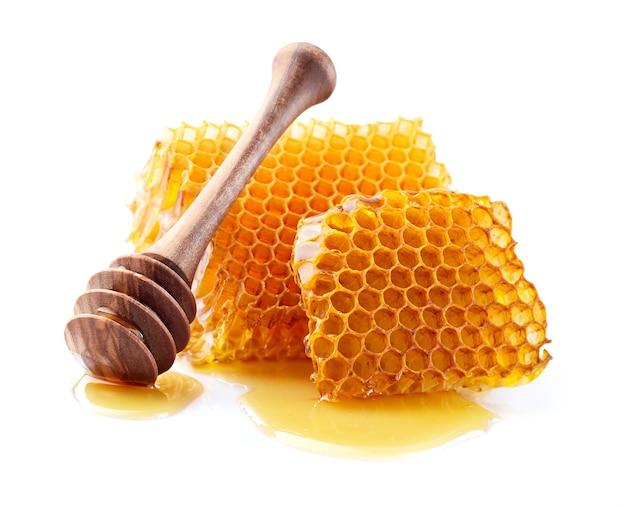 Favos de mel naturais em close no branco