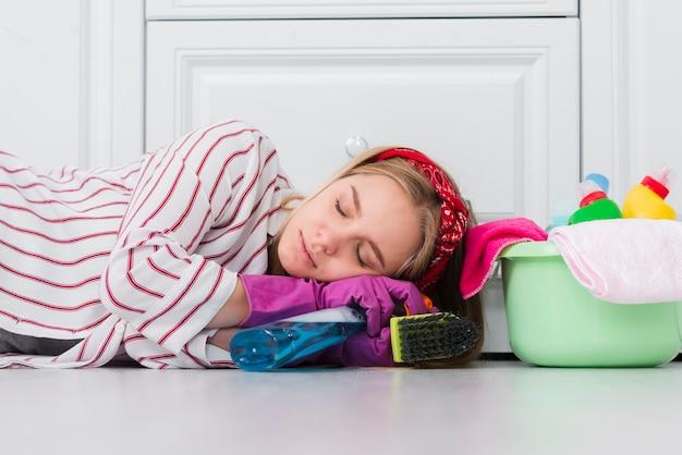 Faxineira cansada do trabalho de casa