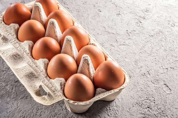 Fazenda cru fresco ovo pacote cinza mesa ingrediente café da manhã preparação ovos mexidos omelete