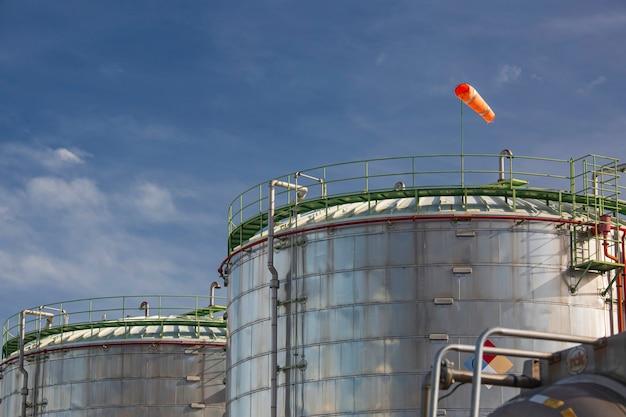 Fazenda de armazenamento de tanques da indústria química isolando o tanque no céu de nuvem.