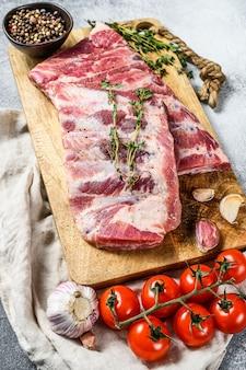 Fazenda de carne orgânica. costelas de porco cru com alecrim, pimenta e alho. vista do topo