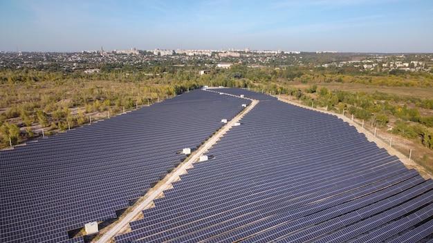 Fazenda de energia solar visão elevada de painéis solares em uma fazenda de energia longe da cidade