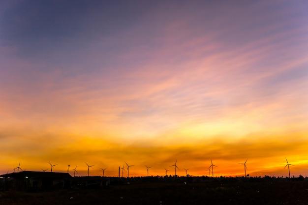 Fazenda de gerador de turbina eólica silhueta no céu pôr do sol