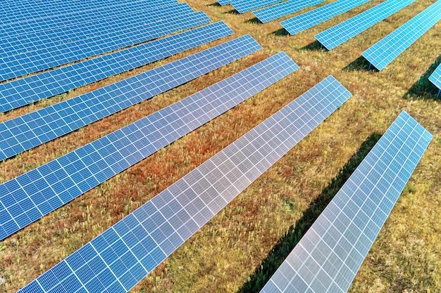 Fazenda de painéis solares no campo