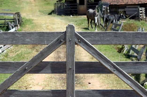 Fazenda de portão de madeira fechada