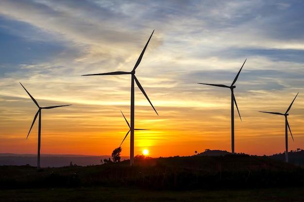 Fazenda de turbina de vento de energia limpa.