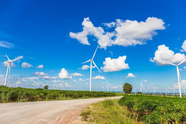 Fazenda de turbina de vento na bela natureza com blackground de céu azul, gerando eletricidade