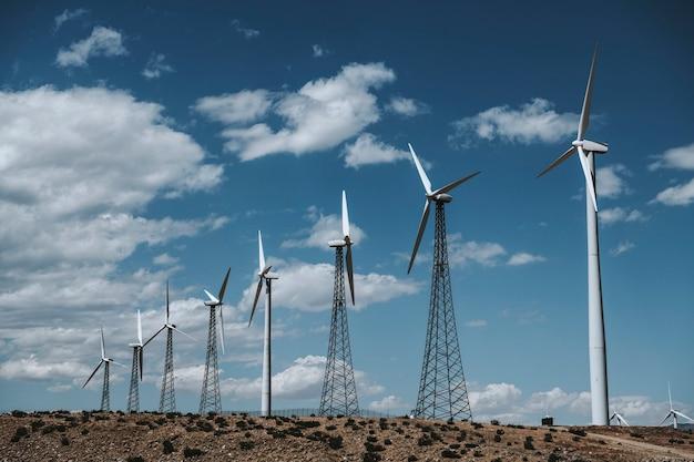 Fazenda de turbinas eólicas em uma terra deserta