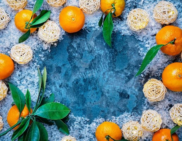 Fazenda frutas frescas tangerina com folhas em pano cinzento rústico