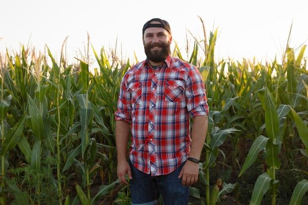 Fazendeiro americano no milharal. fazendeiro, close-up do rosto no campo de milho. fazendeiro se divertindo e dançando, olhando para a câmera. conceito de agricultura tecnologia avançada na agricultura
