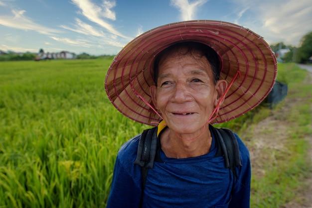 Fazendeiro asiático sênior com chapéu