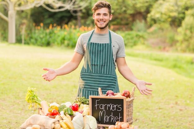 Fazendeiro bonito parado em sua tenda