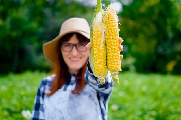 Fazendeiro com milho, retrato ao ar livre