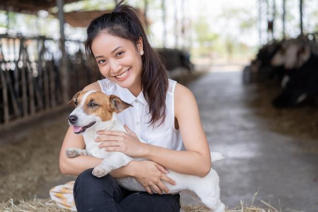 Fazendeiro de vacas com seu cachorro