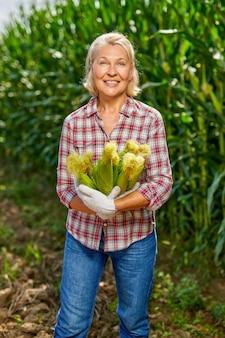 Fazendeiro feliz com uma safra de milho.