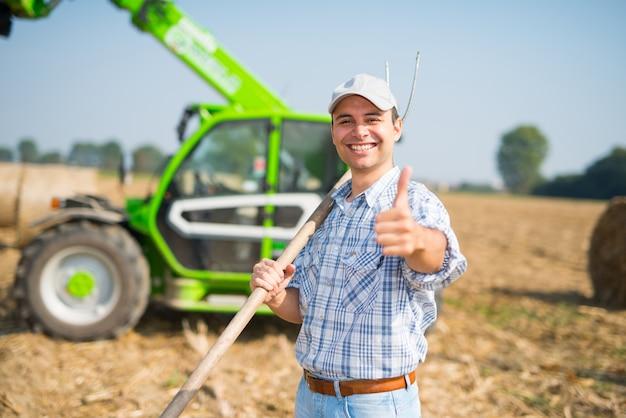 Fazendeiro feliz desistindo polegares