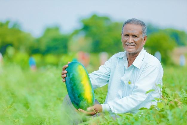 Fazendeiro indiano no campo de melancia