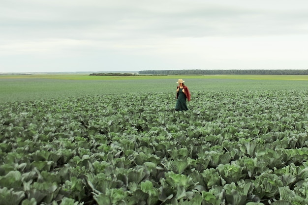 Fazendeiro inspecionando e examinando o campo agrícola antes da colheita