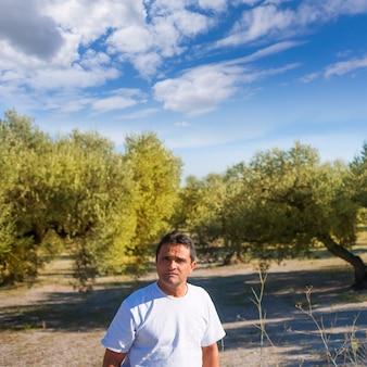 Fazendeiro latino no mediterrâneo campo de oliveira