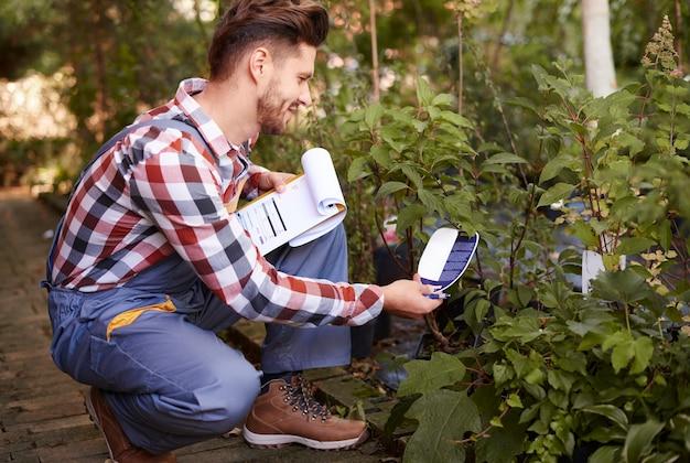 Fazendeiro lendo o legume de um rótulo