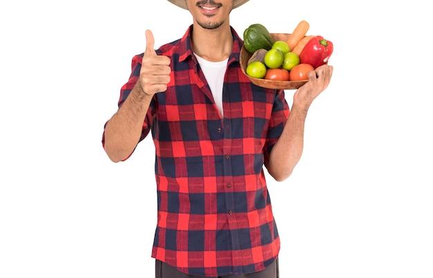 Fazendeiro segurando uma cesta de frutas