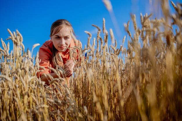 Fazendeiro verificando o progresso do campo de trigo