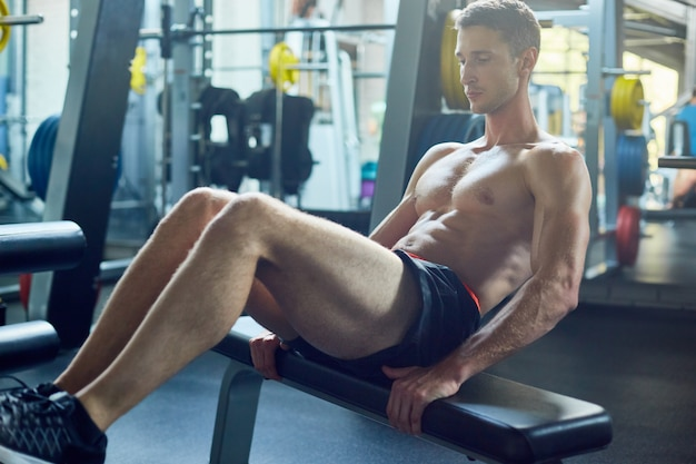 Fazendo abdominais no ginásio