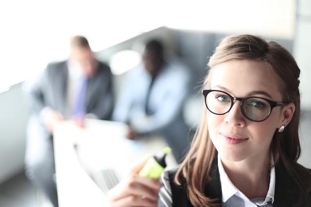 Fazendo apresentação empresária executiva apontando