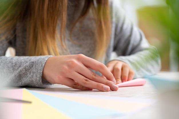 Fazendo artesanato com papel colorido
